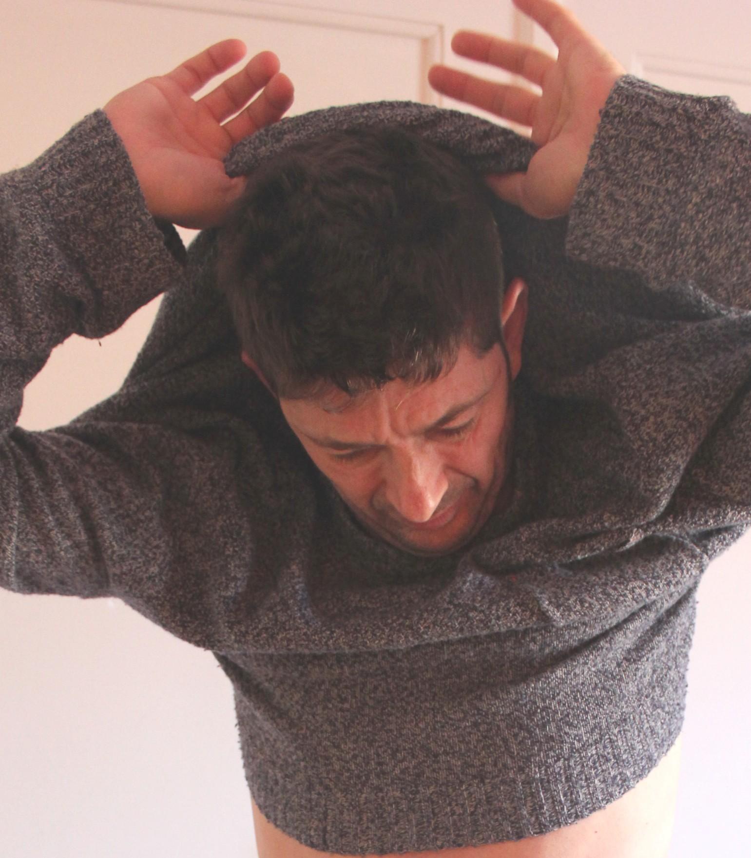 Ziehen Frauen einen Pullover anders aus als Männer?